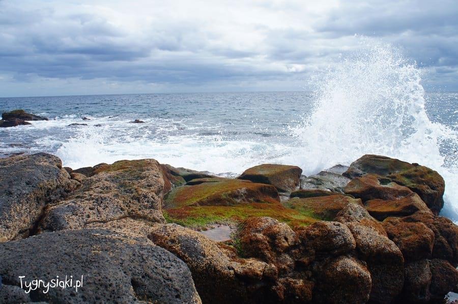 Fale oceanu uderzają owybrzeże Lanzarote