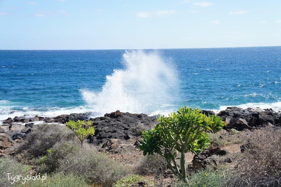 Morze uderza obrzeg Lanzarote