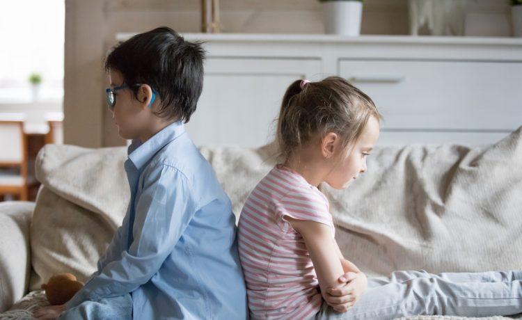 poklocone-rodzenstwo-siedzi-plecami-do-siebie