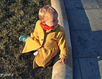 Mała dama wżółtym płaszczyku naWawelu
