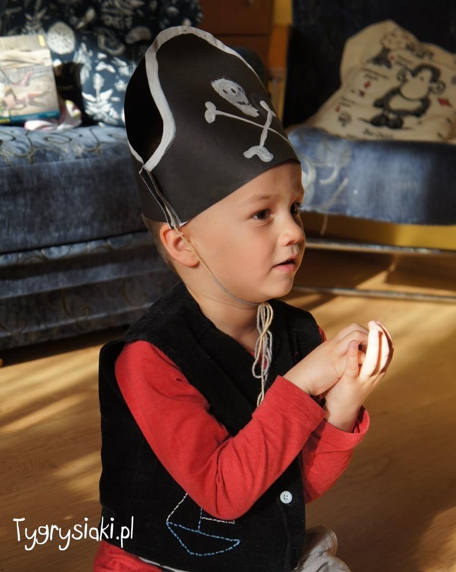 Pirat Mati ogląda bajkę