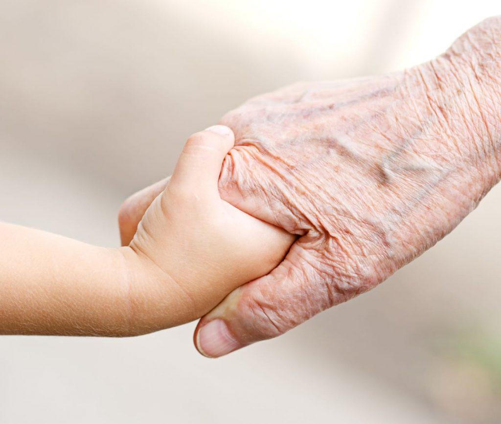 dziecko-babcia-dlonie