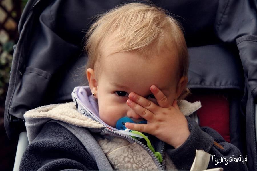 Gabrysia zakrywa twarz ręką