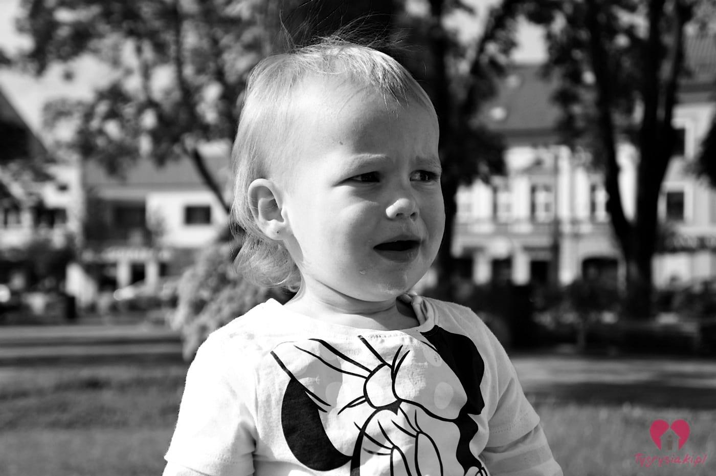 mała dziewczynka wymusza płaczem