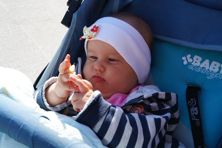 dziecko je rękami