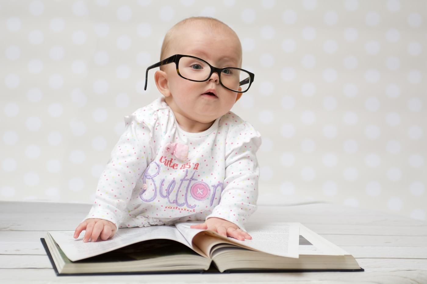 dziecko wokularach czyta książkę
