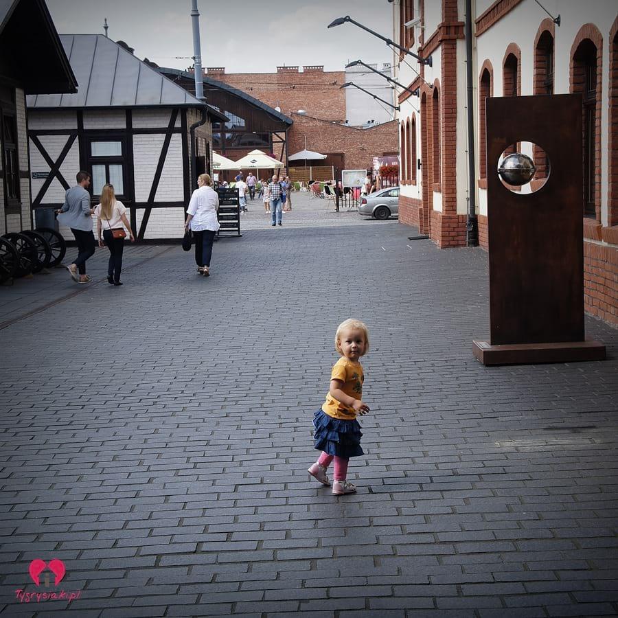 Dziewczynka nadziedzińcu