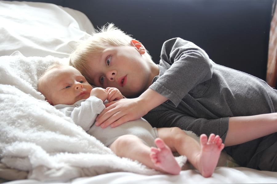 rodzeńtswo - kilkuletni chłopiec iniemowlę