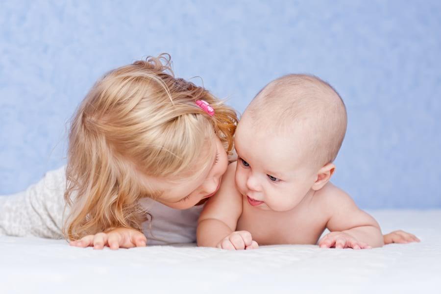 rodzenstwo-siostra-niemowle