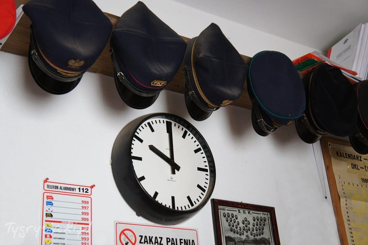 muzeum-kolejowe-czapki-kolejarzy-zegar