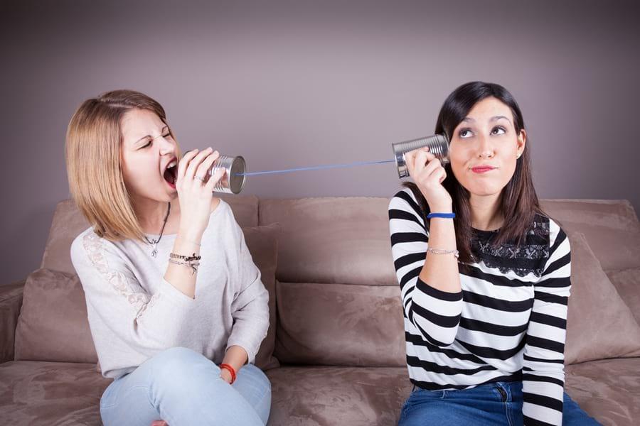 gluchy-telefon-dwie-kobiety-na-sofie