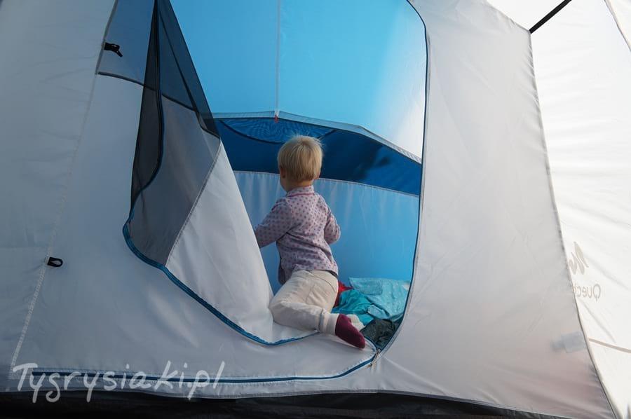 dziecko-pod-namiotem