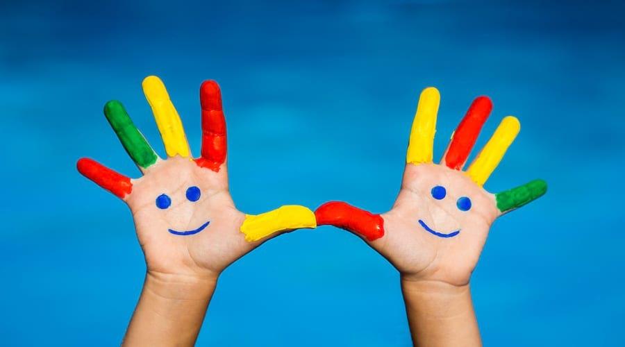 kreatywna-zabawa-kolorowe-rece