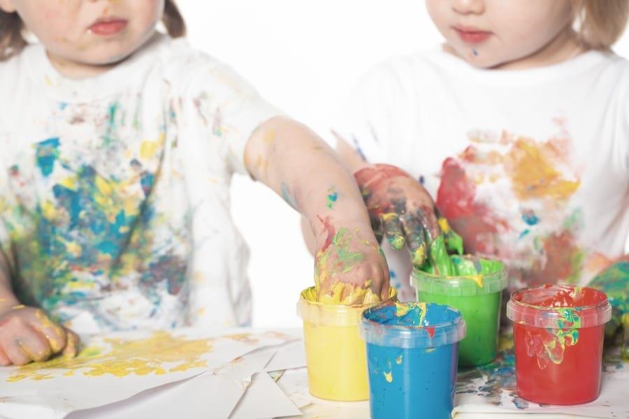 dziecko-maluje-sciana