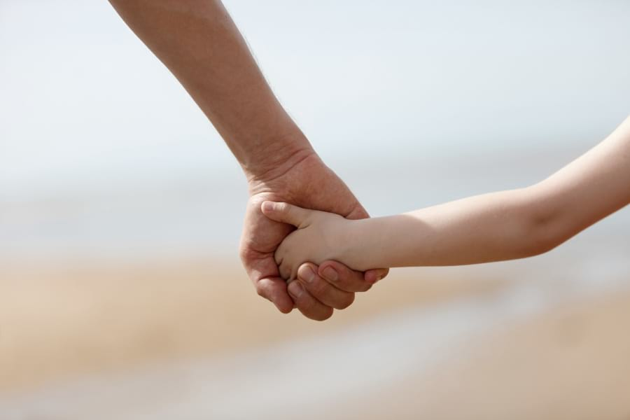 rodzic-trzyma-dzieck-za-reke