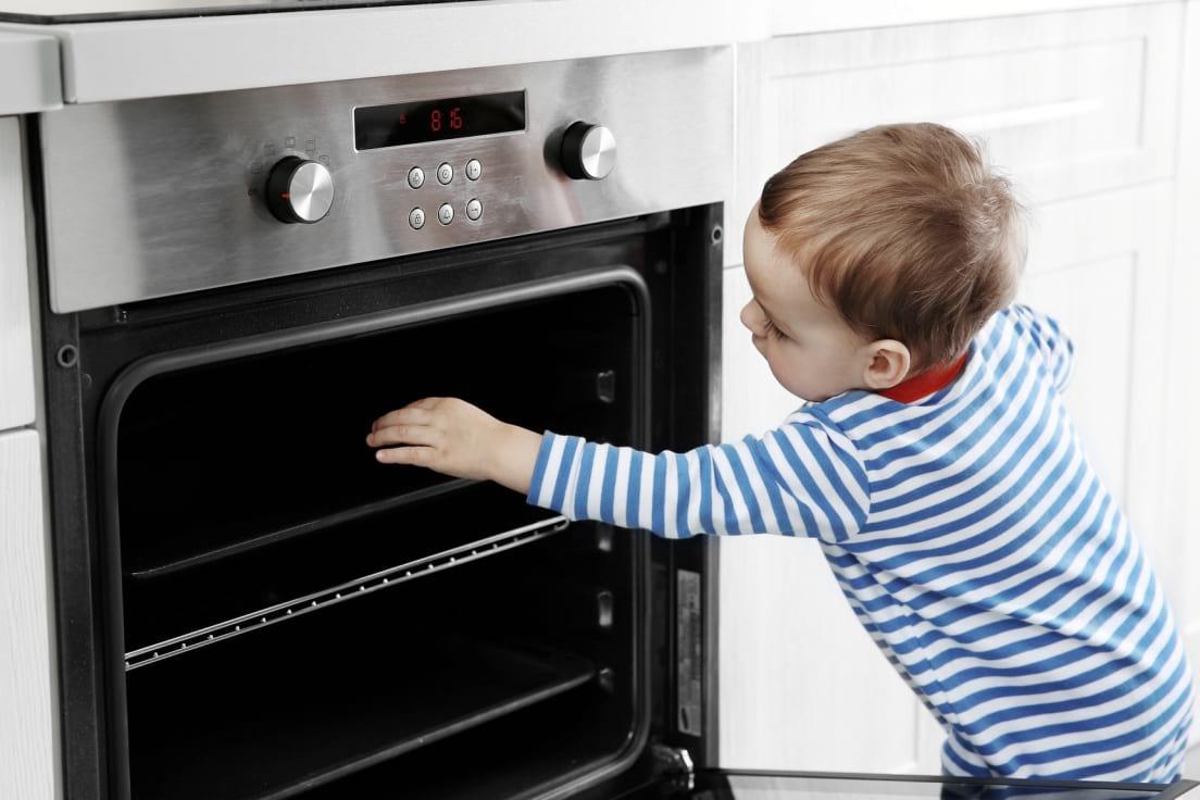 dziecko-dotyka-piekarnika