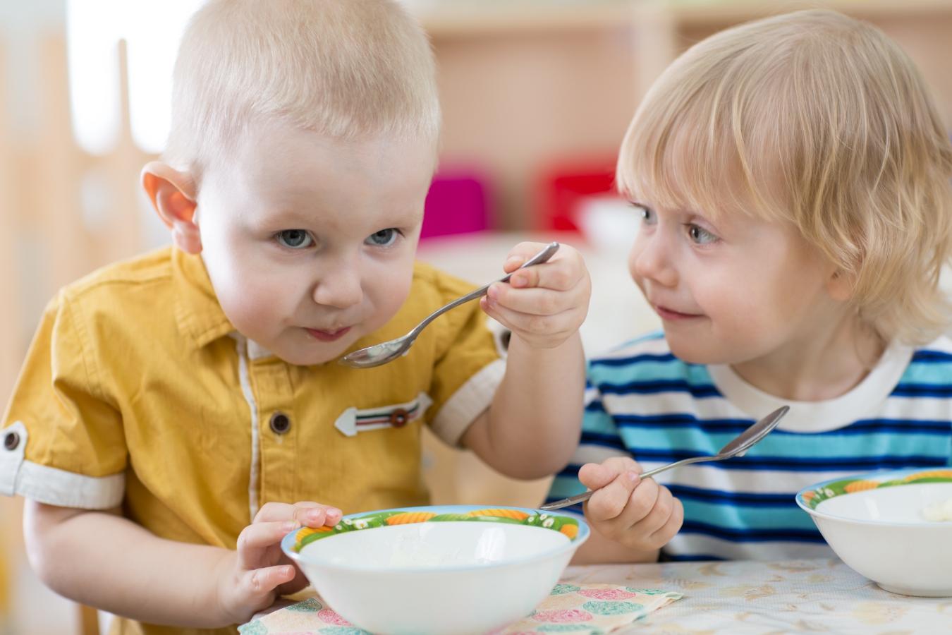 dwoje-dzieci-je-zupe