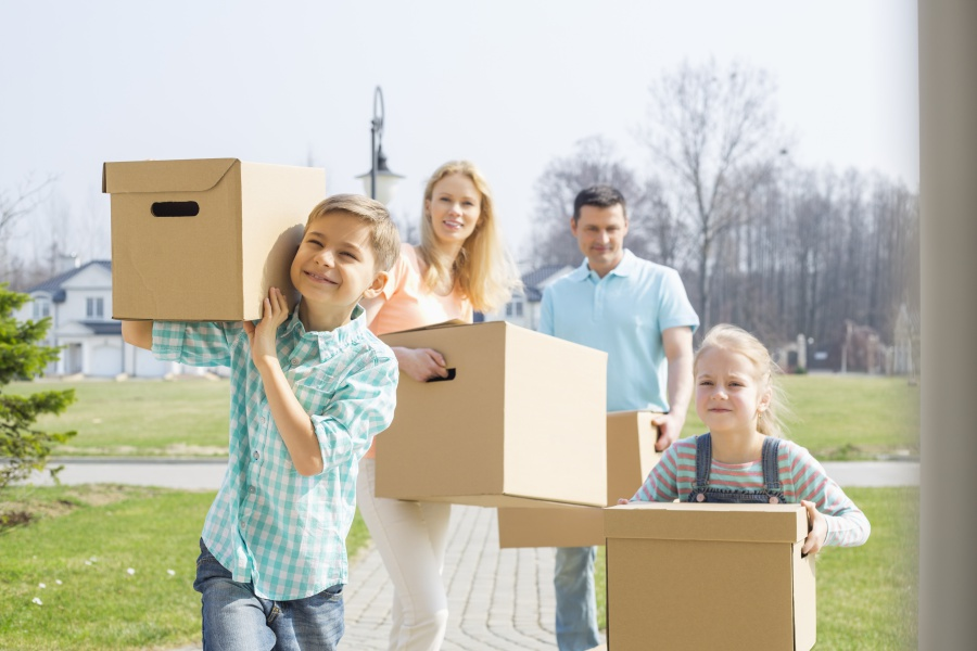 przeprowadzka-rodzina-niesie-kartony