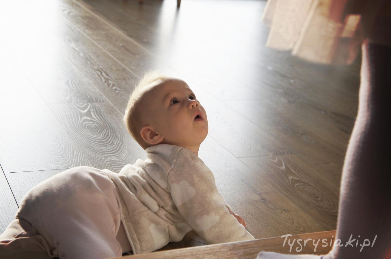 male-dziecko-na-schodach