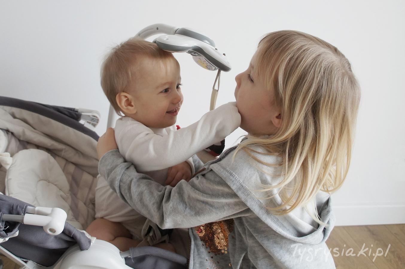dziewczynka-przytula-mlodsza-siostre