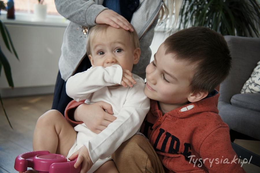 rodzebstwo-brat-przytula-mlodsza-siostre
