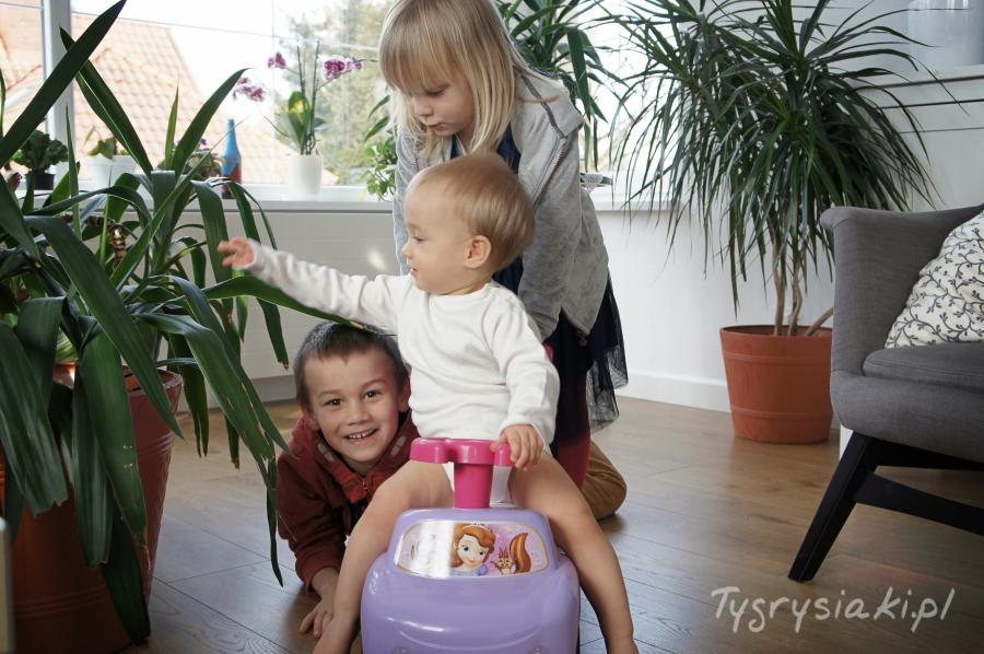 trojka-rodzenstwa-pozuje-do-zdjecia