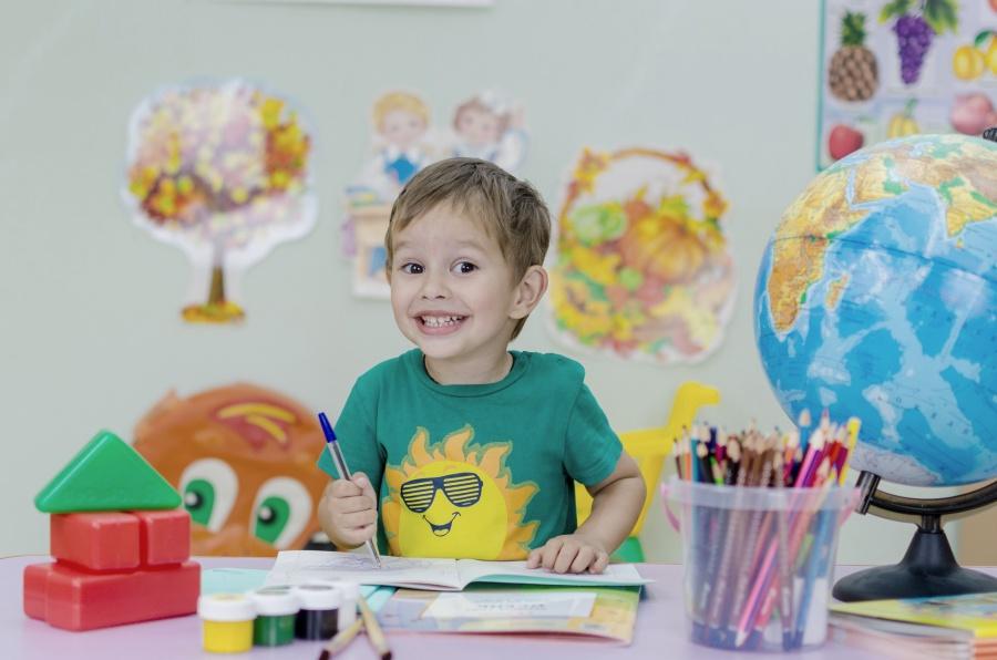 usmiechniety-uczen-w-szkole