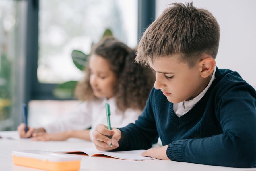 uczeń-pisze-w-ławce