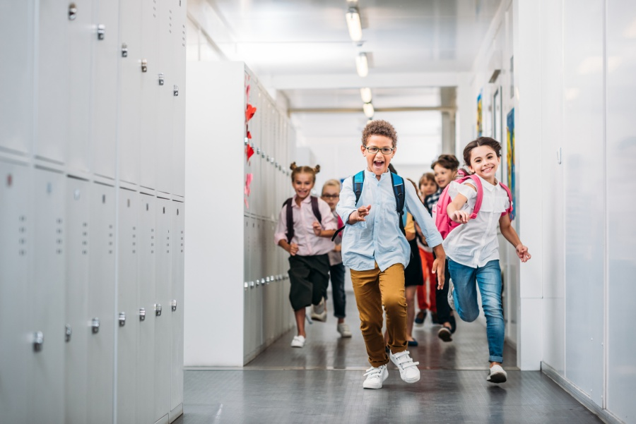 szkolny-korytarz-uczniowie-biegna