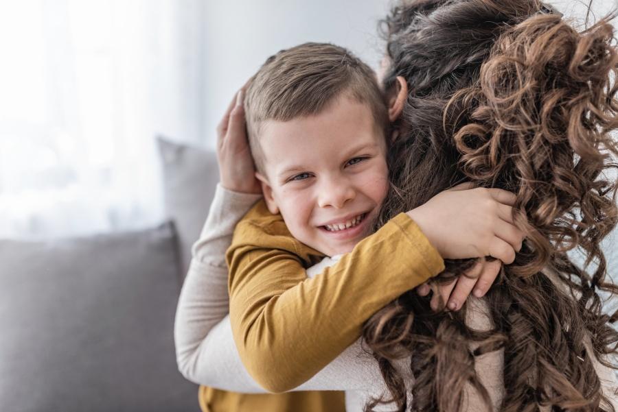 mama-przytula-syna