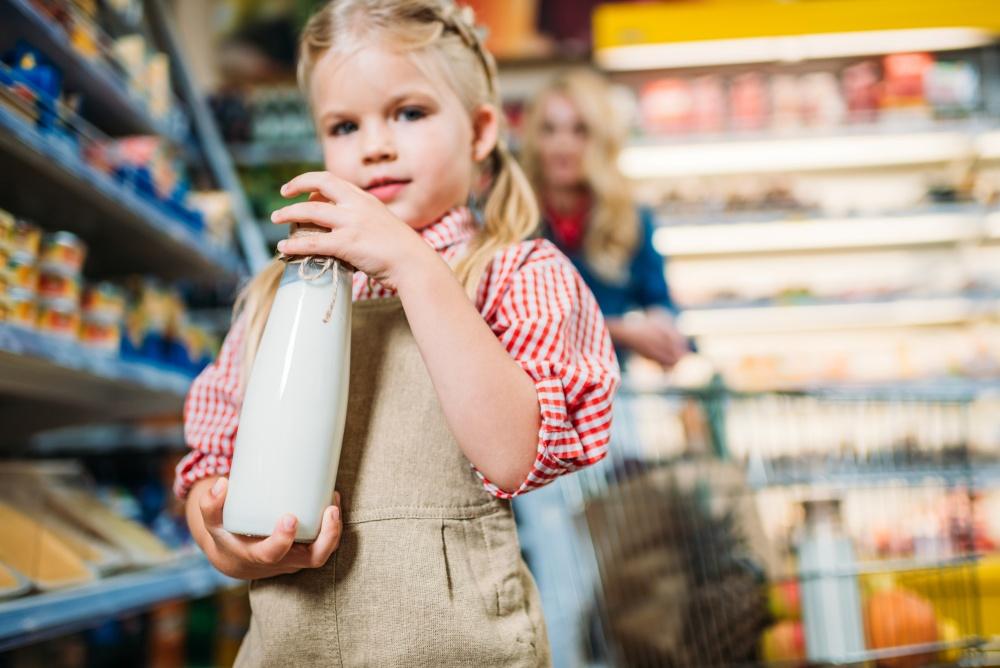 dziewczynka-niesie-mleko-w-szklanej-butelce