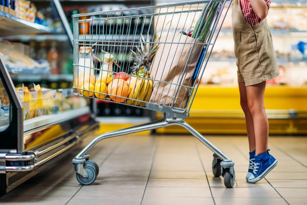 wozek-z-zakupami-nogi-dziecka