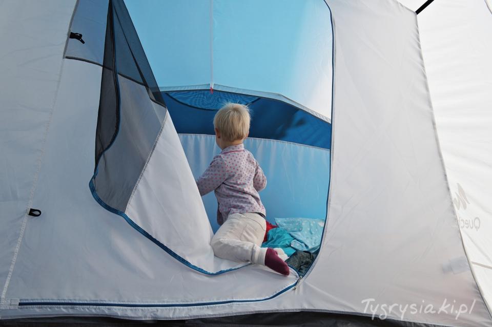 dziecko-wchodzi-do-namiotu