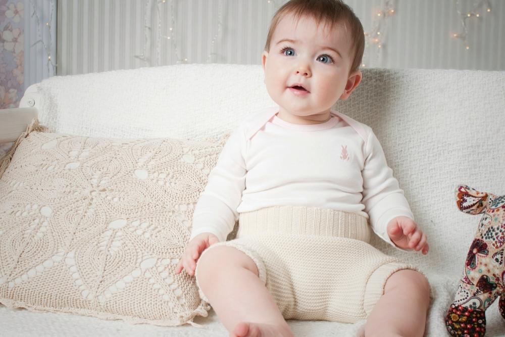 niemowle-siedzi-ubrane-krotkie-spodenki-robione-na-drutach
