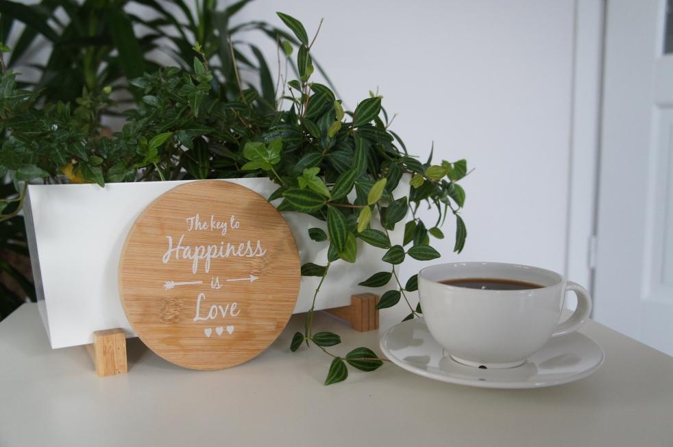 filiżanka-kawy-na-stole