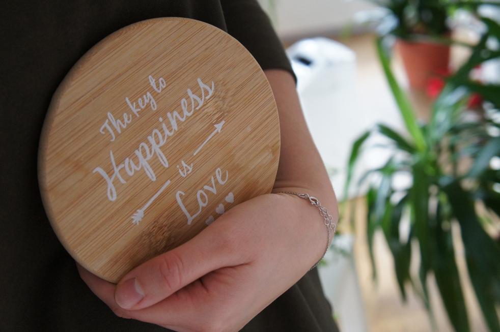 podstawka-z-napisem-The-key-to=happiness-id-love