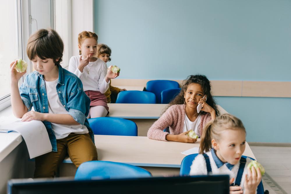 przerwa-w-szkole-uczniowie-w-sali