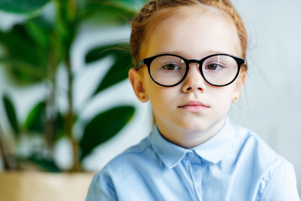 uczennica-w-okularach-smutna