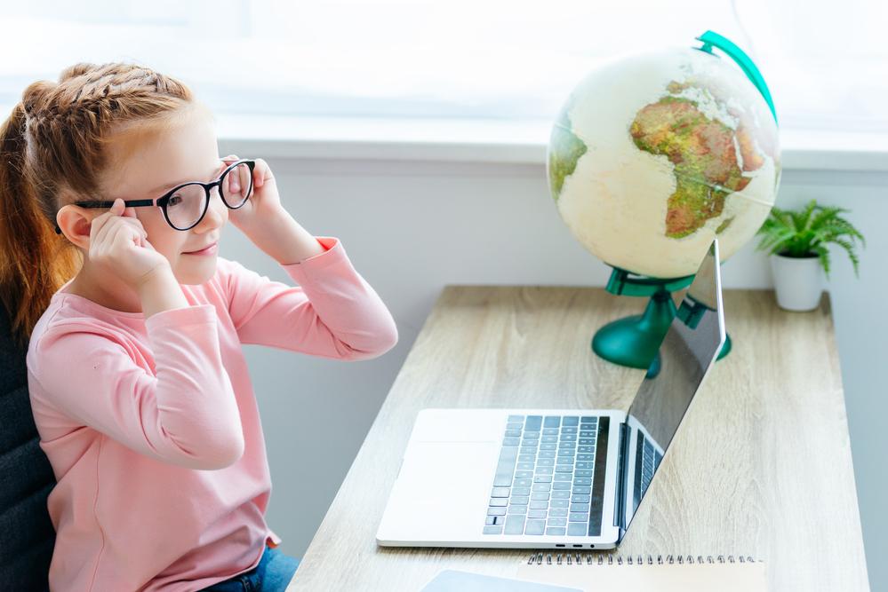 dziewczynka-siedzi-przy-biurku-przy-laptopie