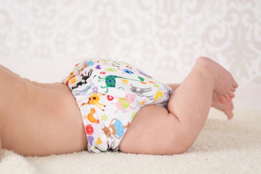dziecko-w-pieluszce-wielorazowej-wzor-zwierzatka