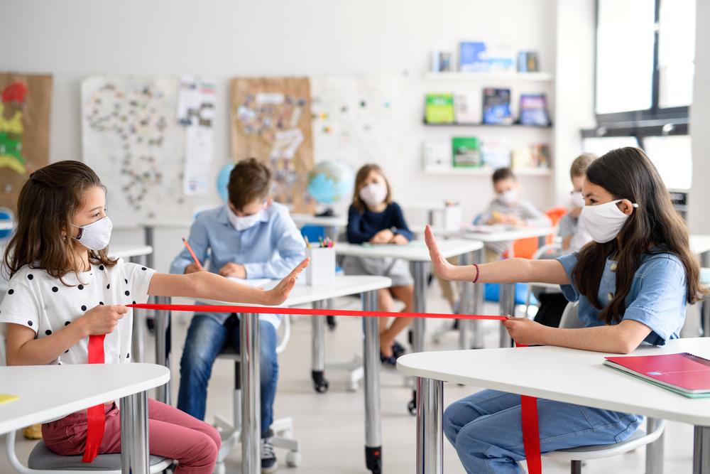 uczniowie-w-maseczkach-zachowuja-dystans