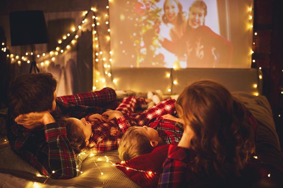 rodzice-ogladaja-swiateczny-film-dzieci-spia