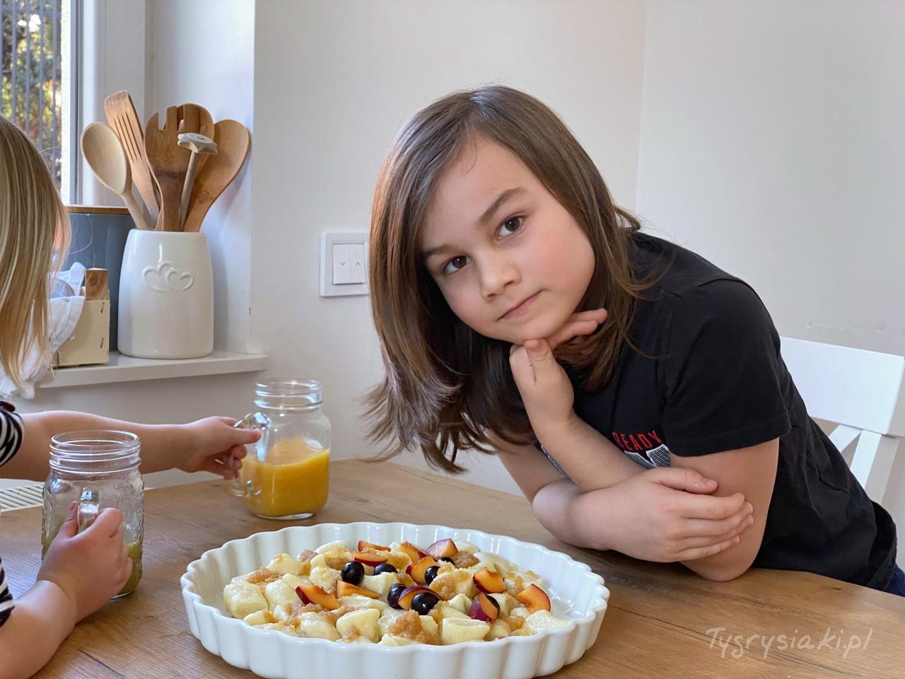 dumne zsiebie dziecko podaje obiad