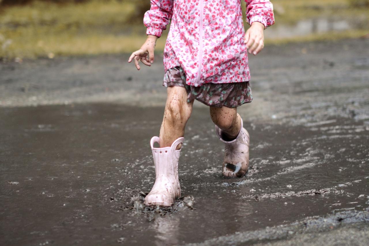 dziewczynka-biegnie-przez-kaluze