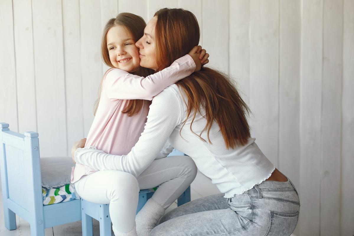 mama icórka obejmują się. mama dziękuje córce.