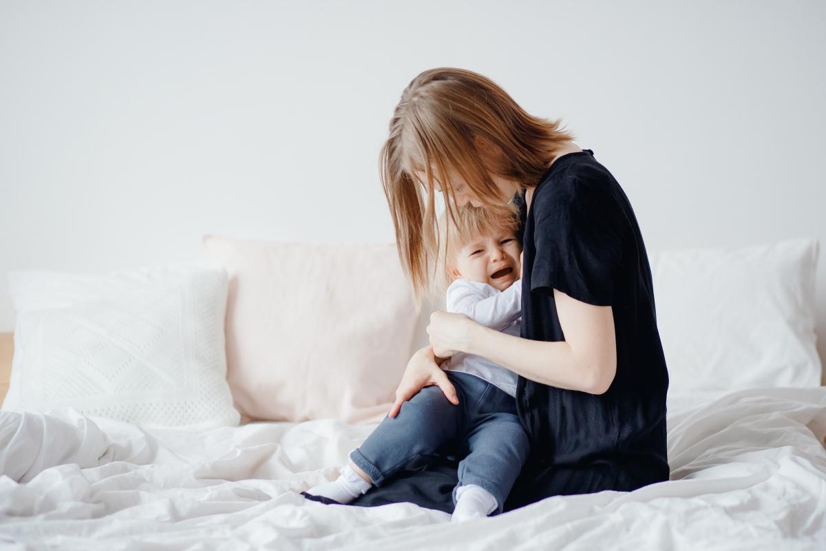 Mama-przytula-glosno-placzace-dziecko