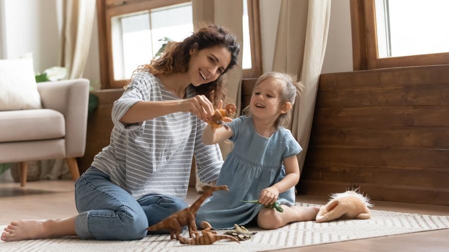 Mama icórka bawią się dinozaurami nadywanie