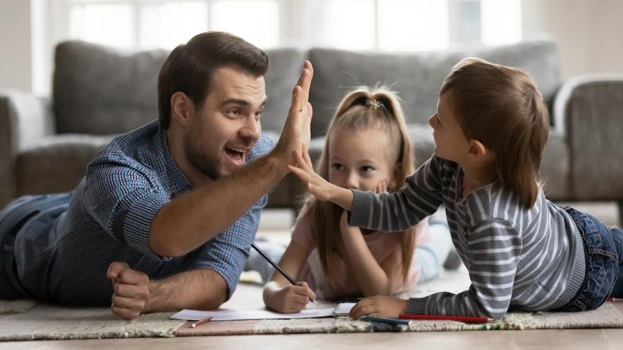 edukacja-domowa-tata-uczy-dzieci